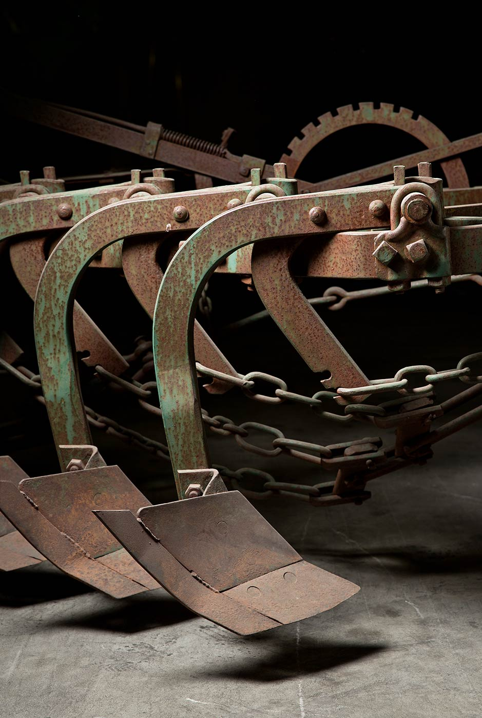 Chains, a lever and two plough blades. - click to view larger image