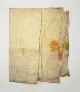 Single-layered barkcloth of a natural un-dyed cream colour with a yellowish-beige discolouration. Used to make wrap around skirts or loincloths.