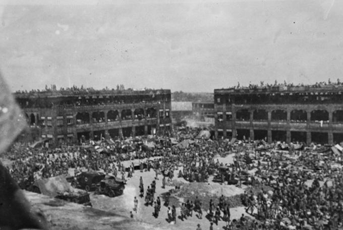 A black and white photo of Australian and British Prisoners of War at Selarang Barracks.