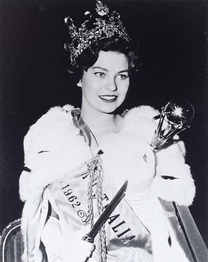 Miss Australia 1962, Tricia Reschke holding a sceptre and wearing the crown, robe and long white gloves - click to view larger image