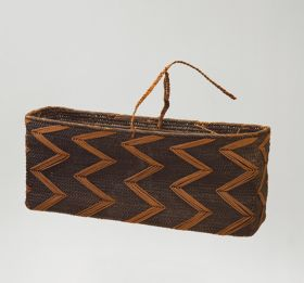 Basket made of 'alu (a native creeper with tendrils) and coconut fibres, with a rectangular opening in a dark brown colour.