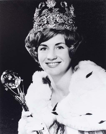 Miss Australia 1965, Carole Jackson holding the sceptre, wearing a crown, robe and white gloves - click to view larger image