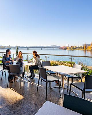 一家人在澳大利亚国家博物馆咖啡厅的室外用餐