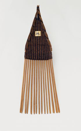 comb made of fifteen small sticks held together by a weave of coconut fibres.