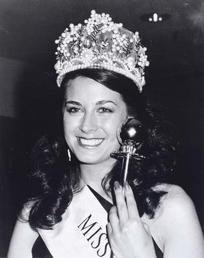 Miss Australia 1984, Mary-Ann Koznjak holding the sceptre, wearing the crown and the Miss Australia sash  - click to view larger image