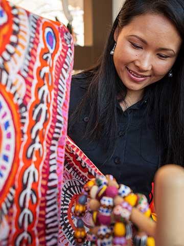 一位女士看着色彩鲜艳的围巾