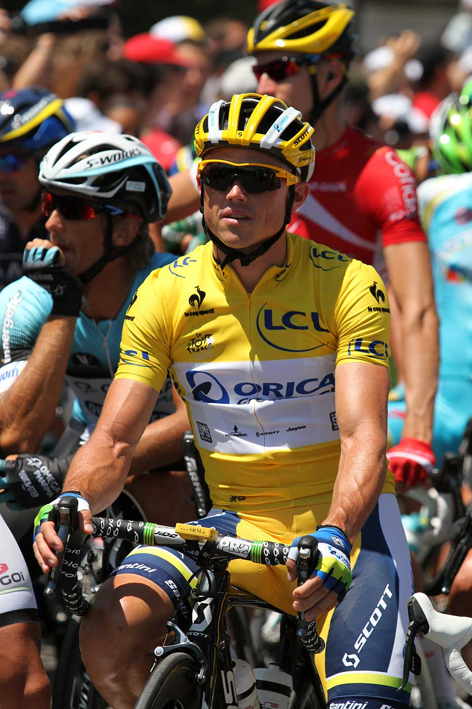 Simon Gerrans, riding for Orica GreenEdge, in yellow. - click to view larger image