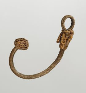 Spear thrower, cord or rope-like, made from plant fibre material intertwined with single coconut fibres to form a ring-shaped loop at one end and a complex knot at the other.