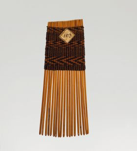 Comb made of small sticks of bamboo, fastened by a kind of wicker-work made with coconut fibres.