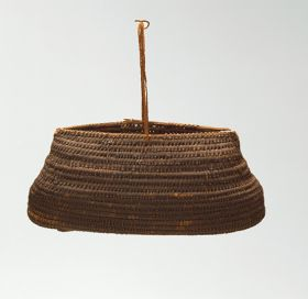 Basket made of 'alu (a native creeper with tendrils) and coconut fibres with an oval opening, in a dark brown colour.