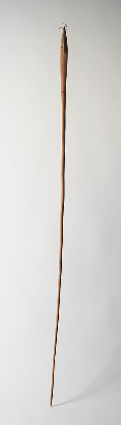 Wooden spear 1976 made by Anatjari (Yanyatjarri) Tjampitjinpa. - click to view larger image