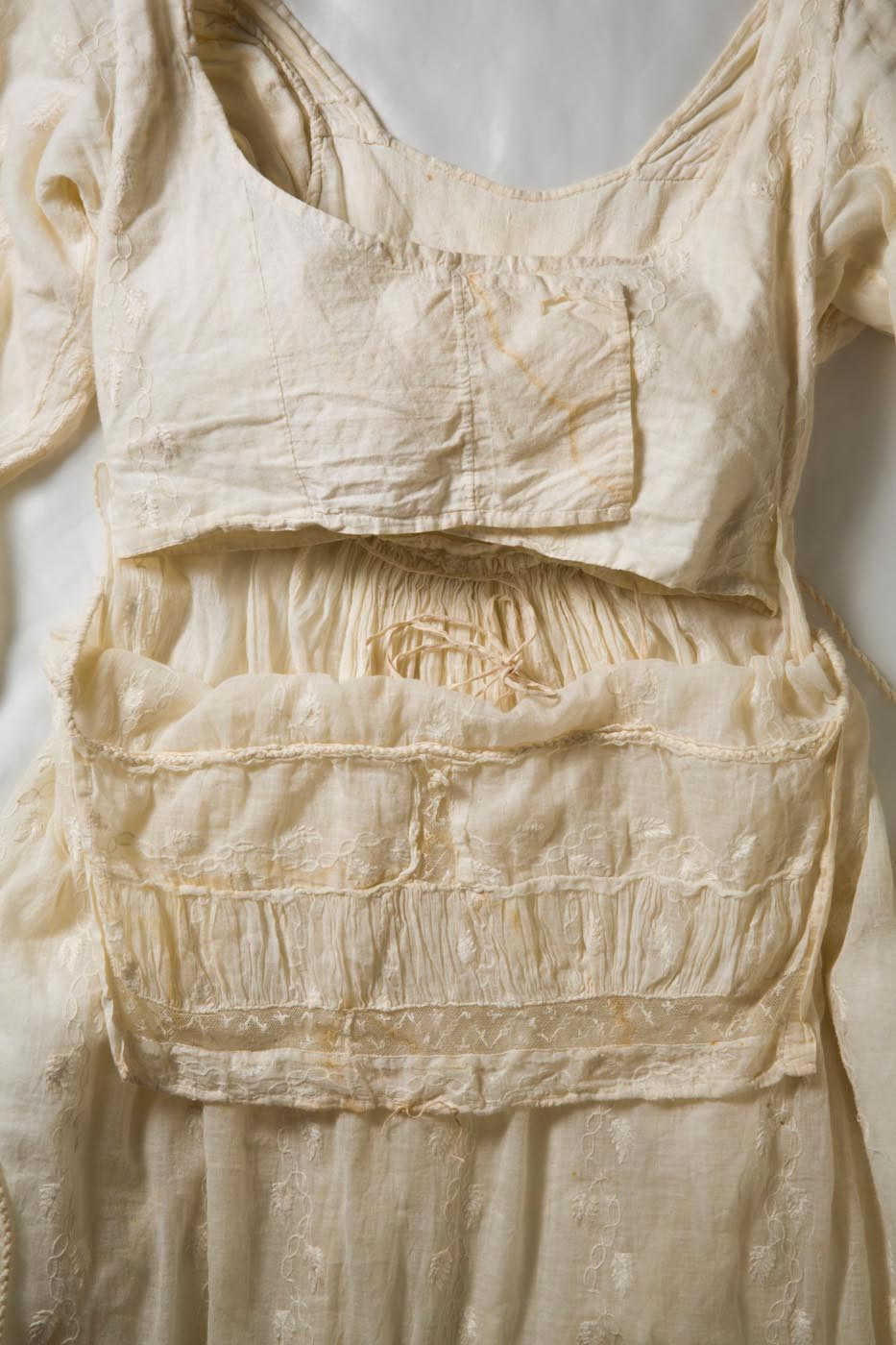 The front of the bodice fastened by two lining extensions that were crossed over the chest. - click to view larger image