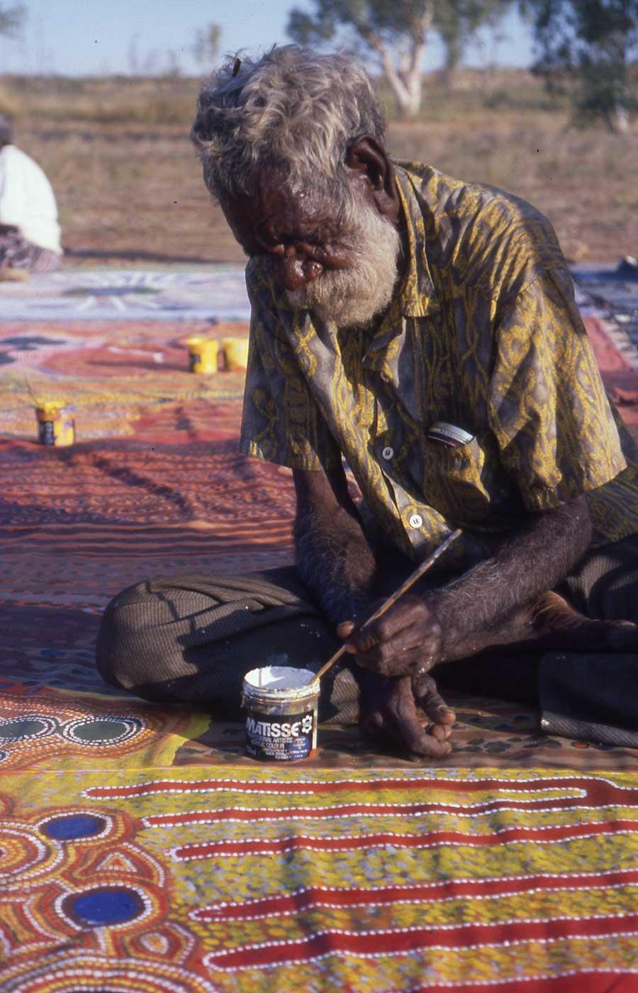 Minangu Huey Bent painting the Ngurrara Canvas at Pirnini 1997 - click to view larger image