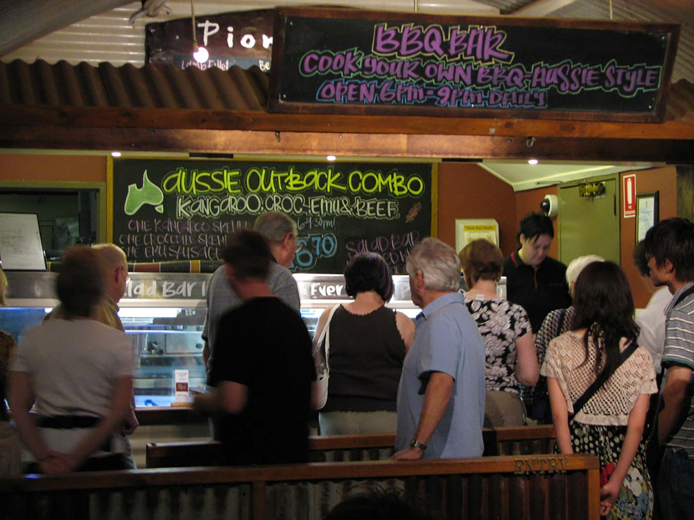 Photo of tourists queuing to order dinner at Yulara village, November 2007 - click to view larger image