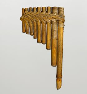 Panpipe consisting of nine bamboo segments arranged in one plane next to each other. The bamboo segments are bound together with plant fibre strips.