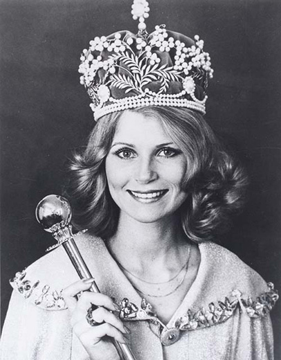 Miss Australia 1978, Gloria Krope holding the sceptre wearing the crown and a jewelled cape - click to view larger image