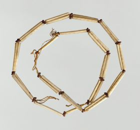Necklace consisting of pairs of brown snail-shells and bird bones arranged alternately on a string.