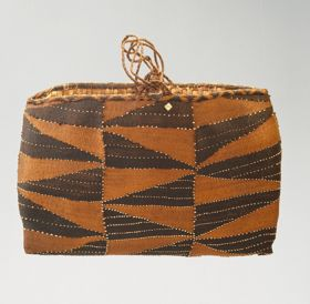Rectangular-shaped basket made of coconut fibre and decorated with shells.