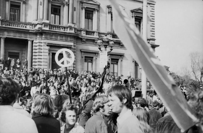 a black and white photo taken in the 1970s of a crowd of protestors