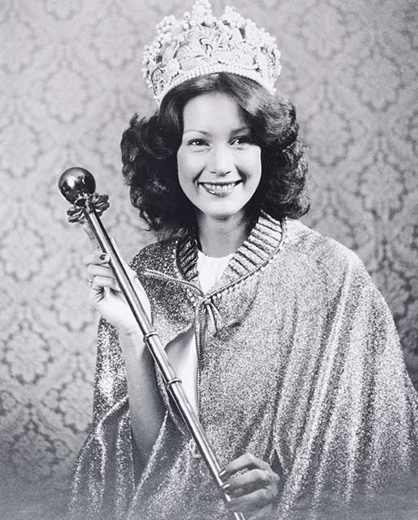 Miss Australia 1979, Anne Sneddon holding the sceptre, wearing the crown and a long glittering cape - click to view larger image