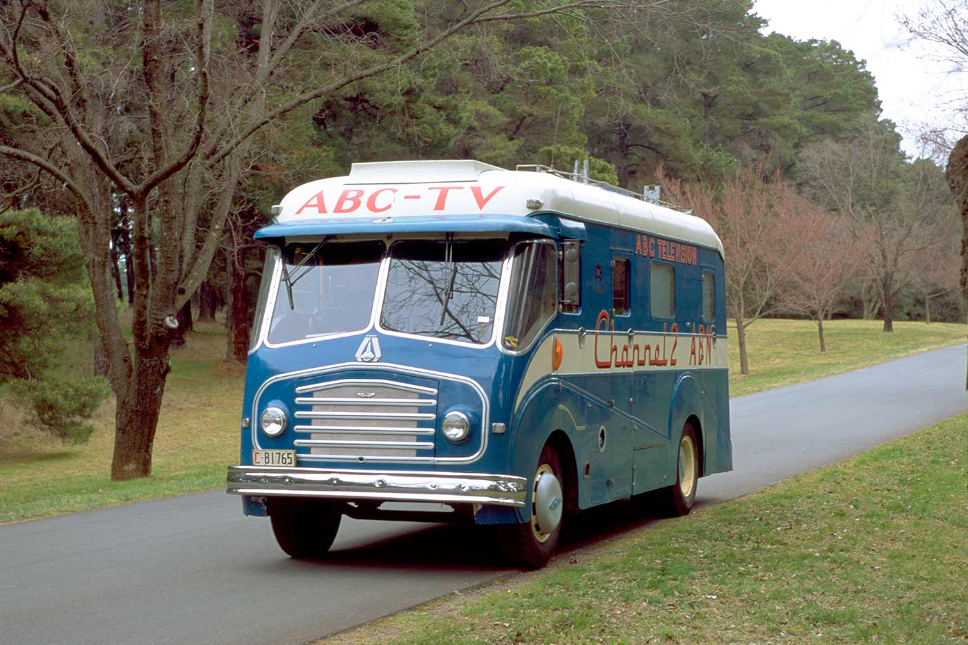 Morris Model FE Pye outside broadcast van used by Australian Broadcasting Corporation Television (ABC-TV). The van is predominantly metallic blue, with a white flash along both sides, and a white roof.